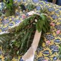 散歩をかねて集めた森の草花でスワッグを作る!