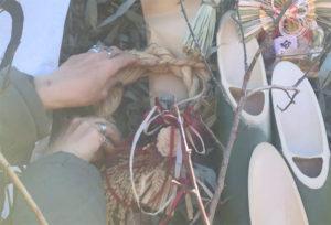 どんど焼きにしめ縄飾りを供える