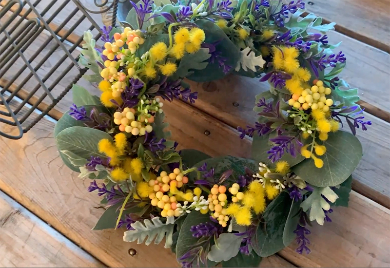 ダイソーの造花でつくったリースの写真