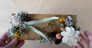プレートに花材を貼ったところ
