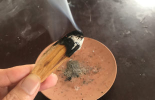 パロサントの香り 火をつけて煙をだす