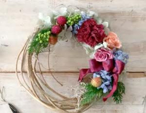 残りの紫陽花とペッパーベリーなどを 接着していきます。