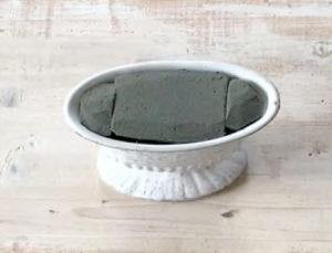 オアシスをカッターなどで削って花器に セットします。花器から外れやすい場合 はグルーで花器に接着しておきます